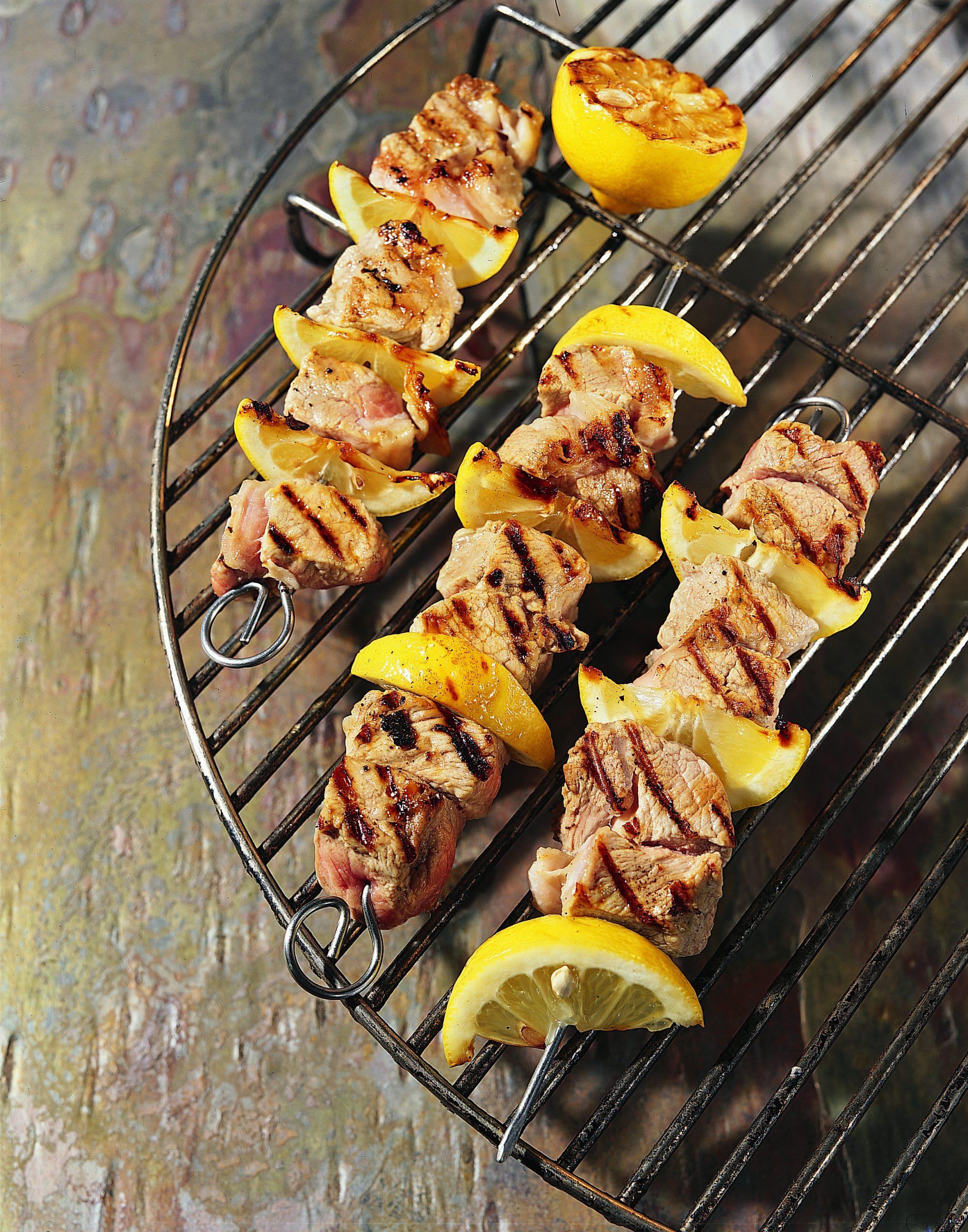 Brochettes de veau et de citron au barbecue et sauce aux pistaches