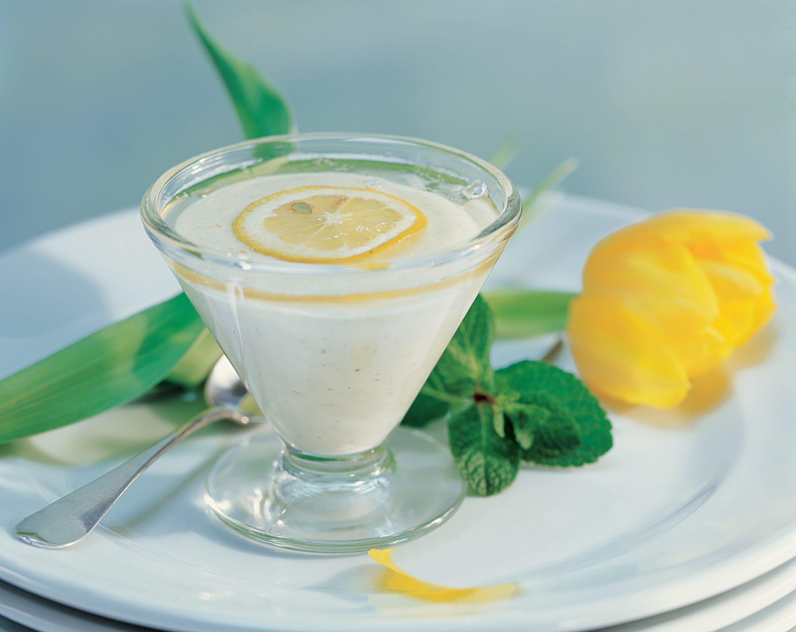 Zitronen-Mousse mit Pfefferminzsauce
