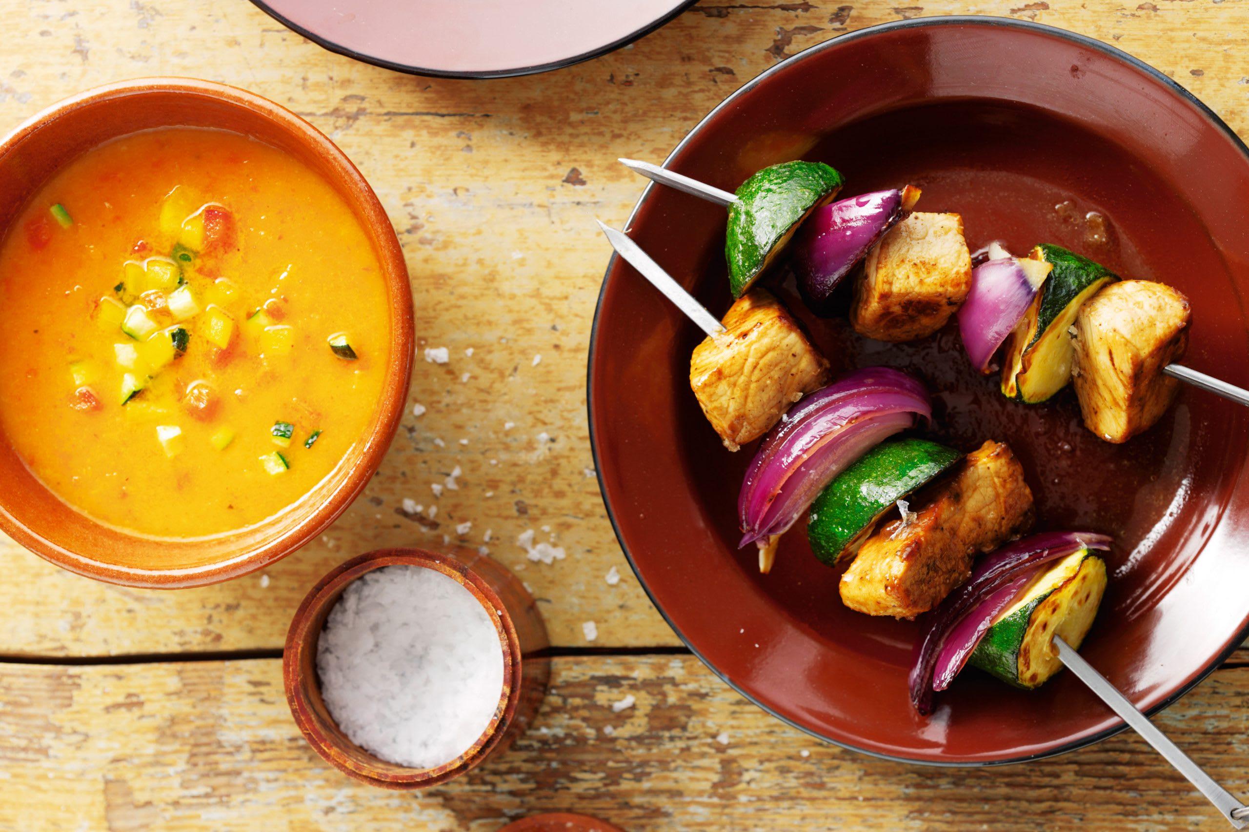 Brochettes de porc et de courgettes et sauce aux légumes