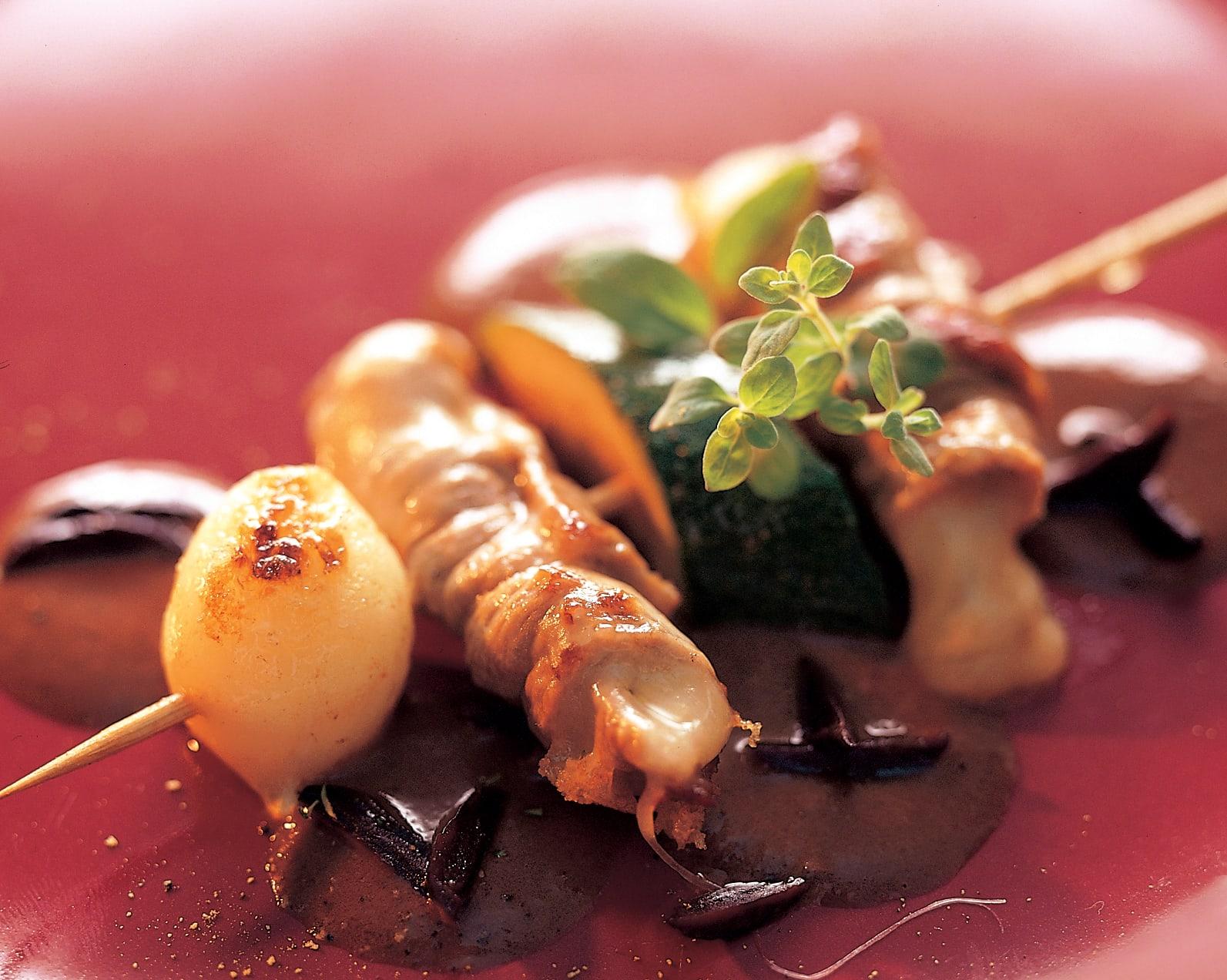 Zucchetti-Käse-Kalbsspiesse mit Olivensauce