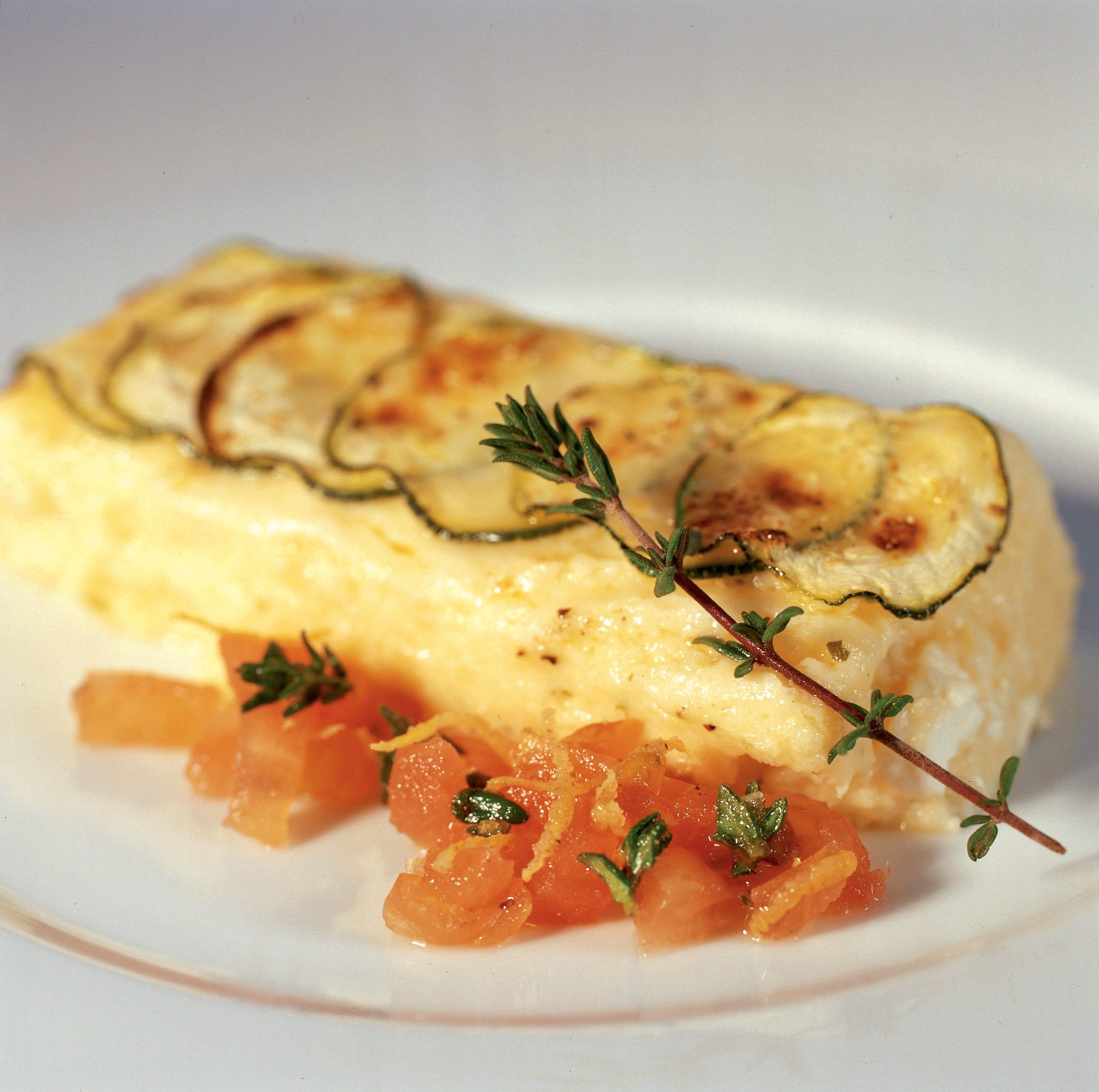 Zucchini-Griess-Schnitten mit kalter Tomatensauce
