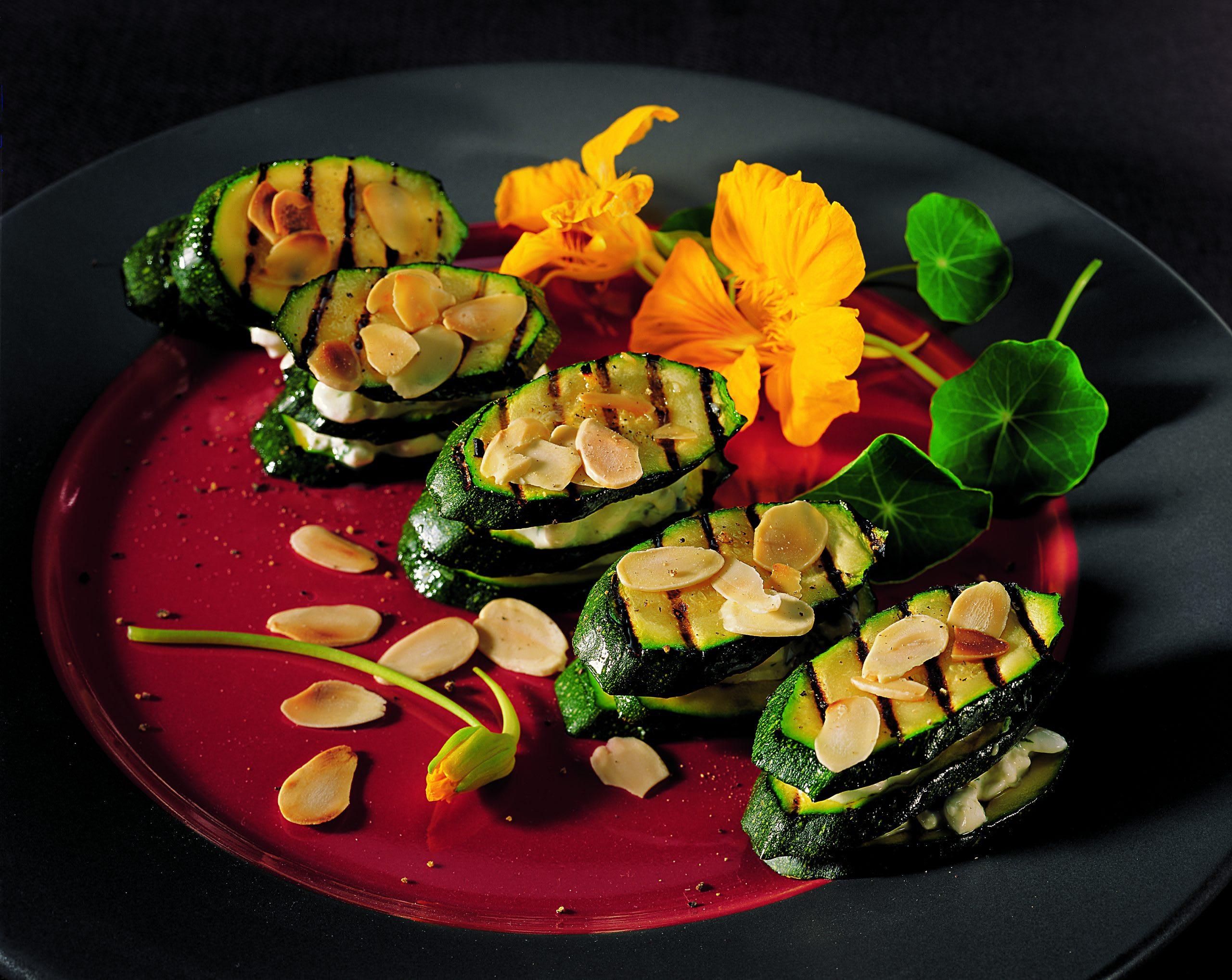 Zucchini-Hüttenkäse-Türmchen