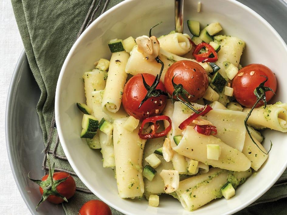Zucchini-Teigwaren mit scharfen Tomaten