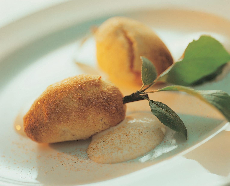Pruneaux meringués et crème à la cannelle