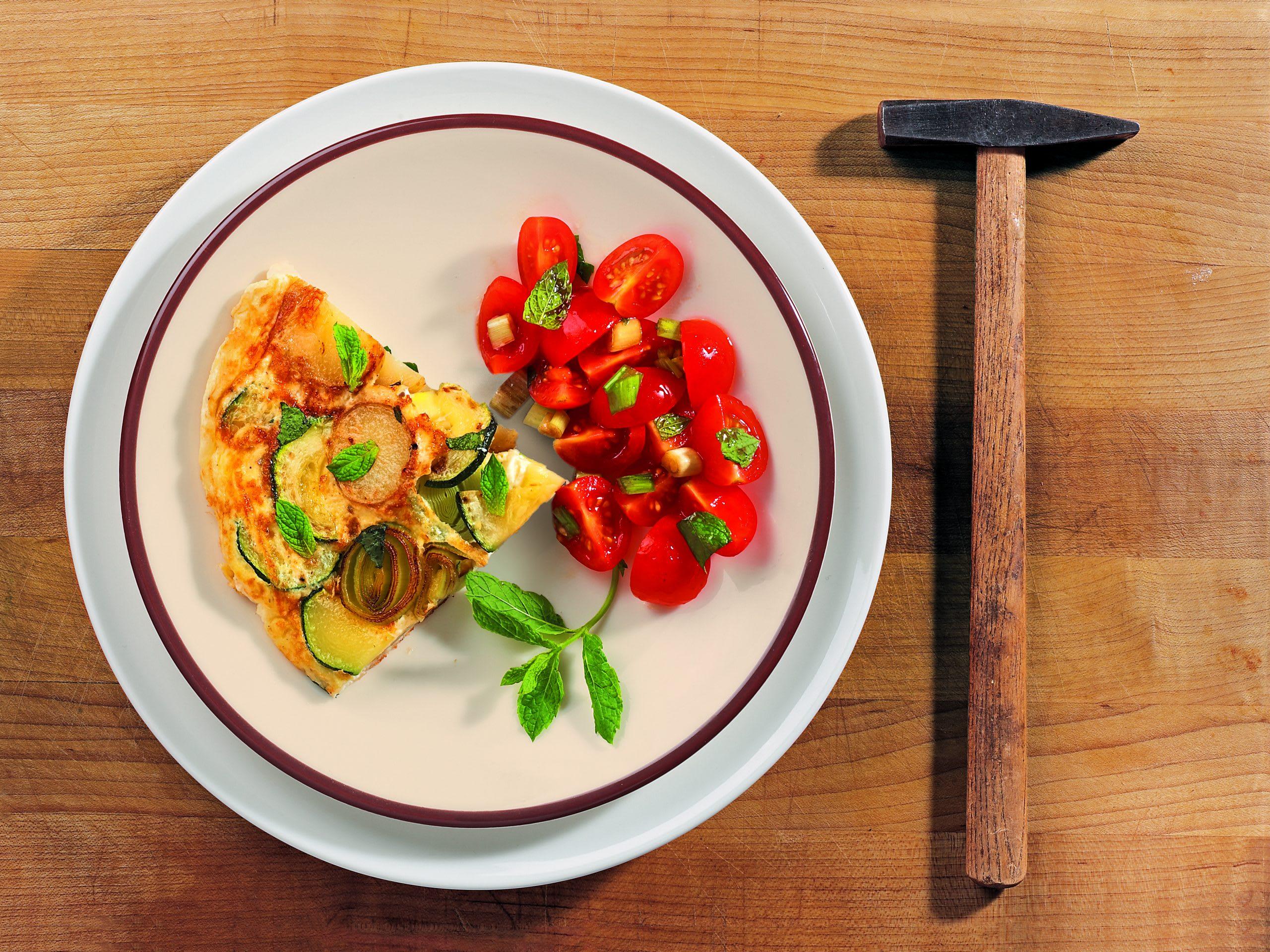 Gemüsefrittata mit Tomatensalat