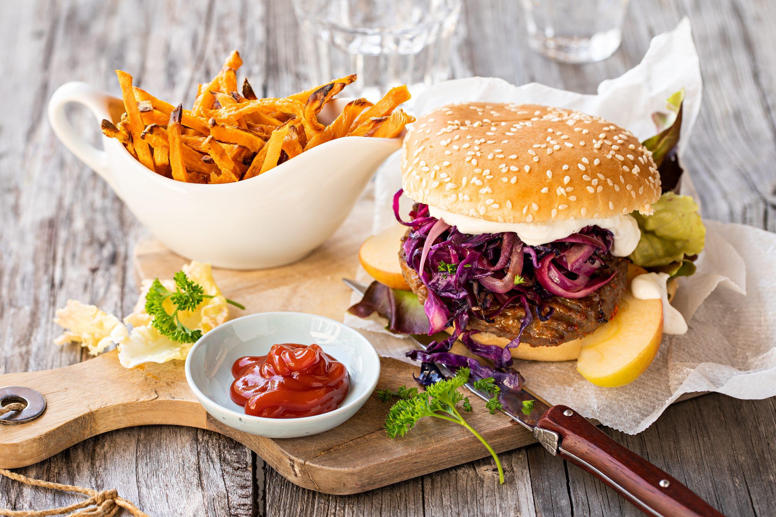 Rotkraut-Burger mit Süsskartoffel-Pommes
