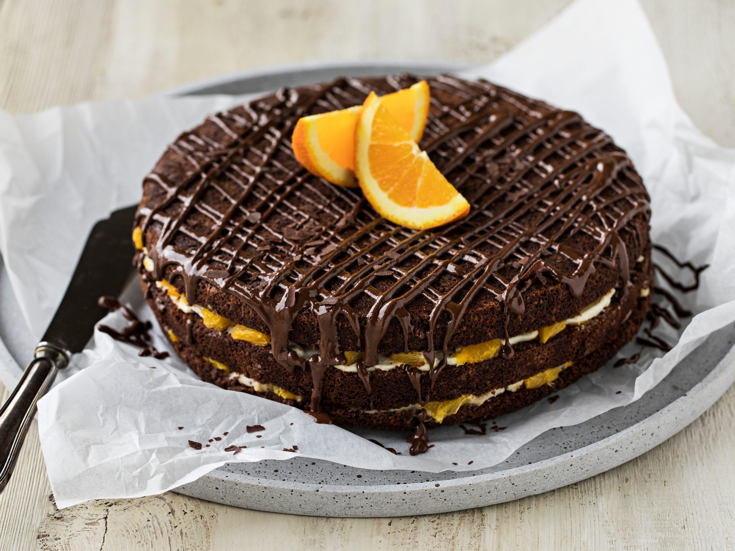 Gâteau au chocolat fourré à la crème et aux oranges