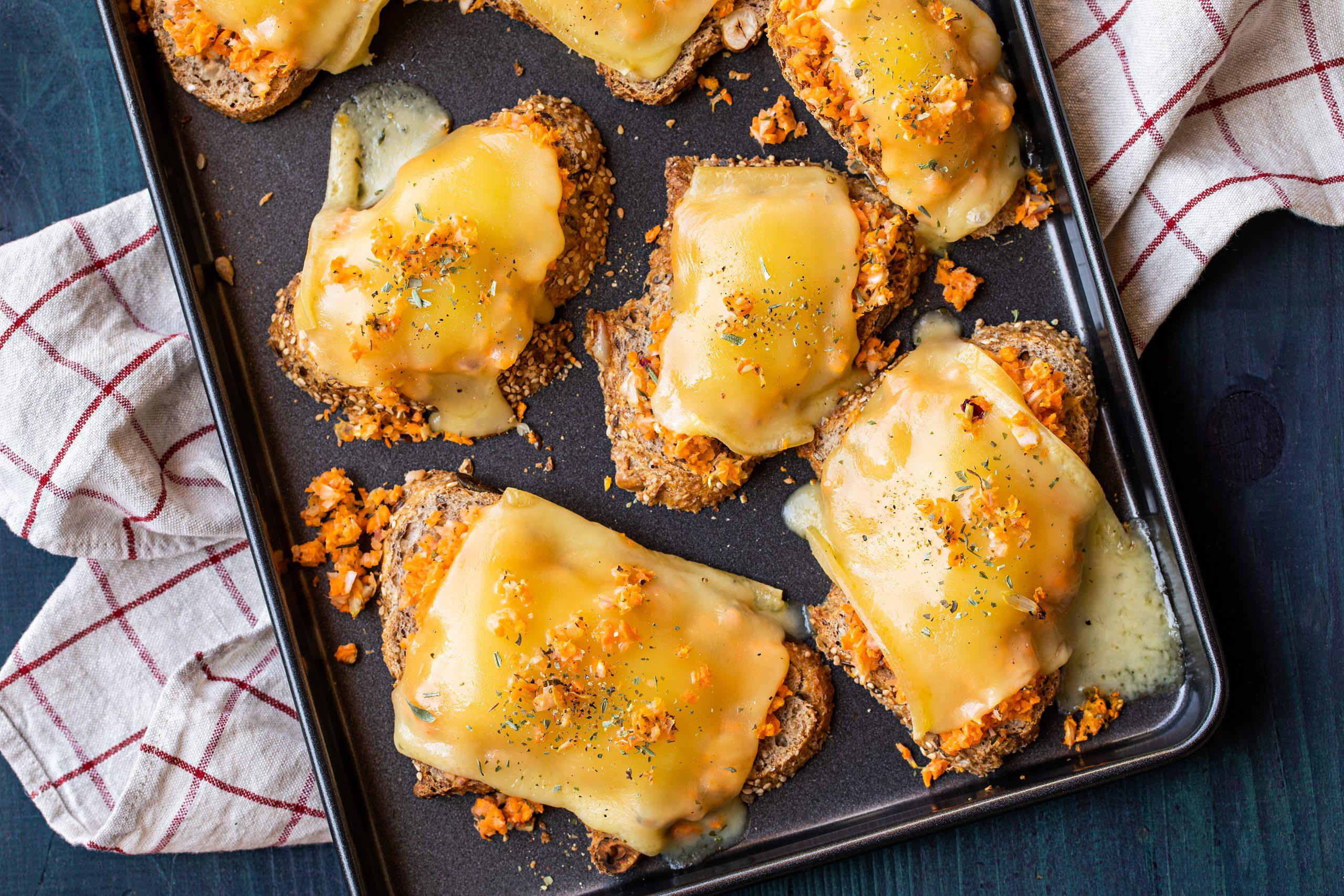Käseschnitten mit Raclettekäse und Gemüse