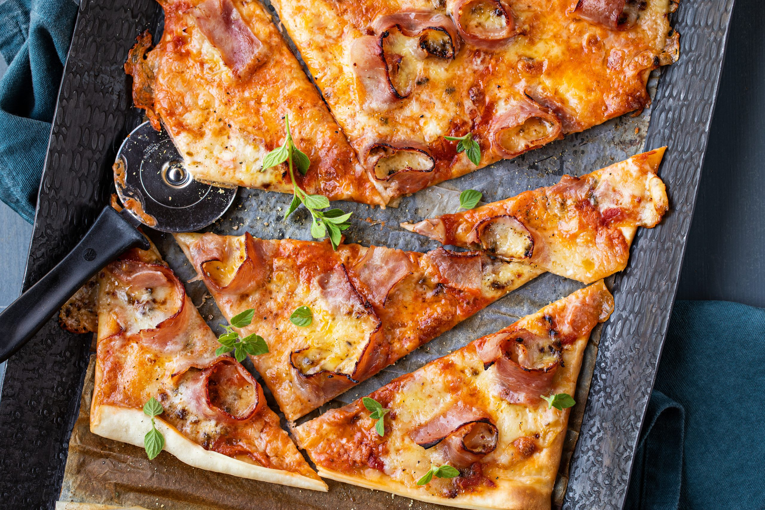 Schinken-Pizza mit Gruyère