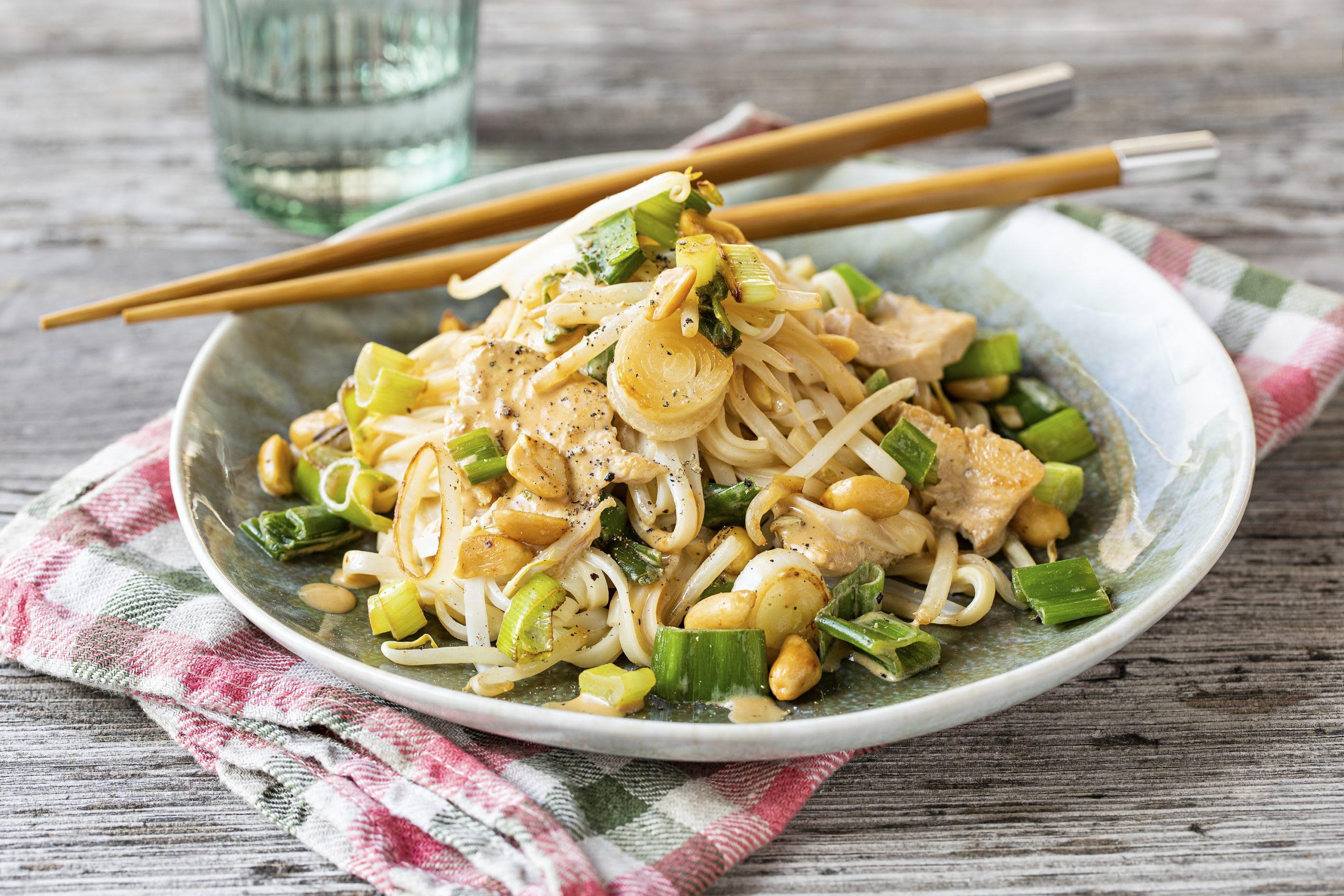 Poêlée asiatique de nouilles de riz au poulet