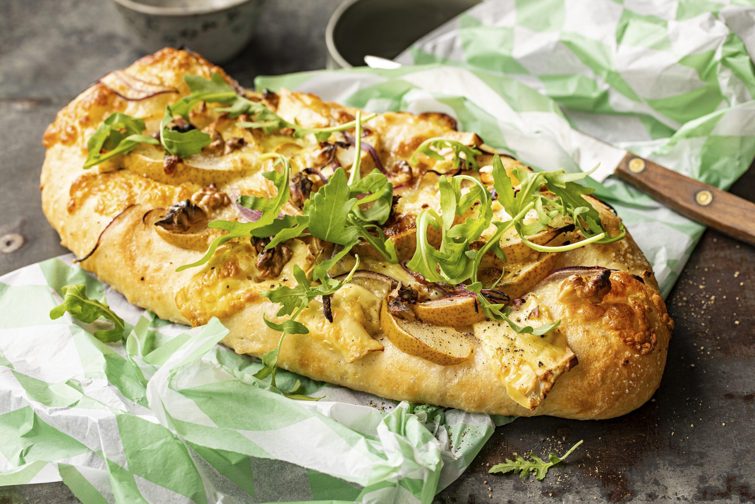 Pizza aux poires et au brie sur pain naan