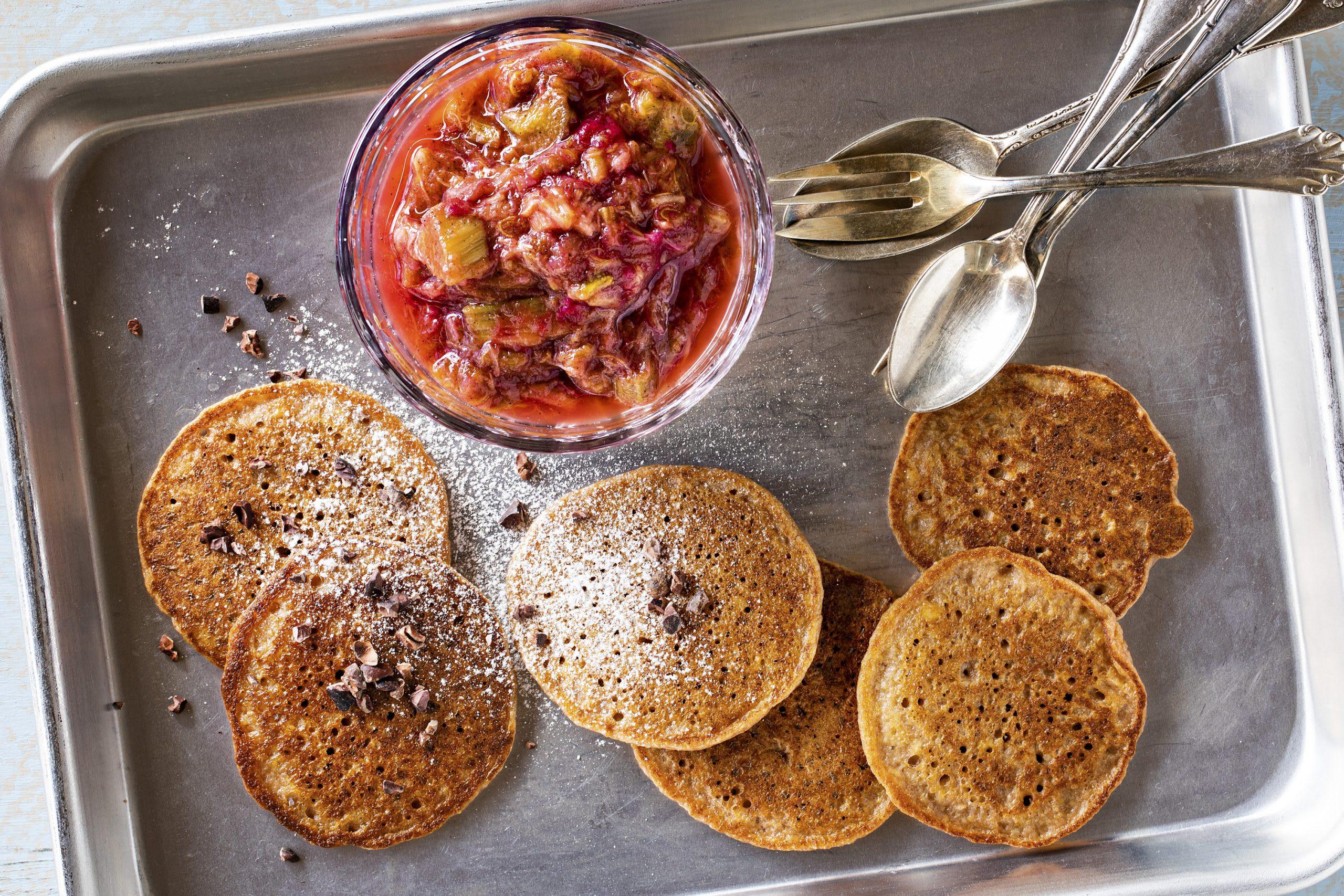 Polenta-Pancakes mit Rhabarberkompott