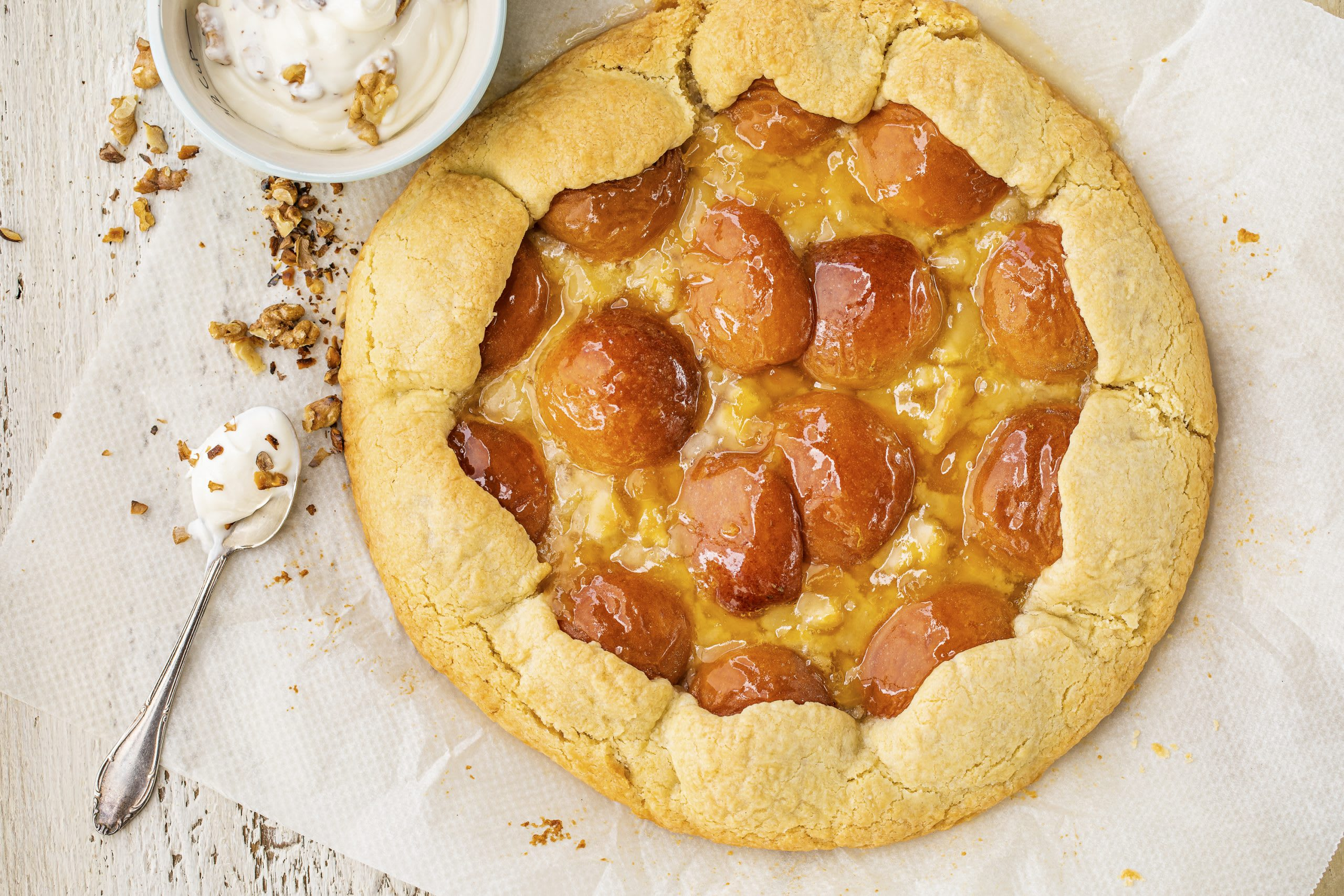 Tarte aux abricots et au massepain avec crème au yogourt
