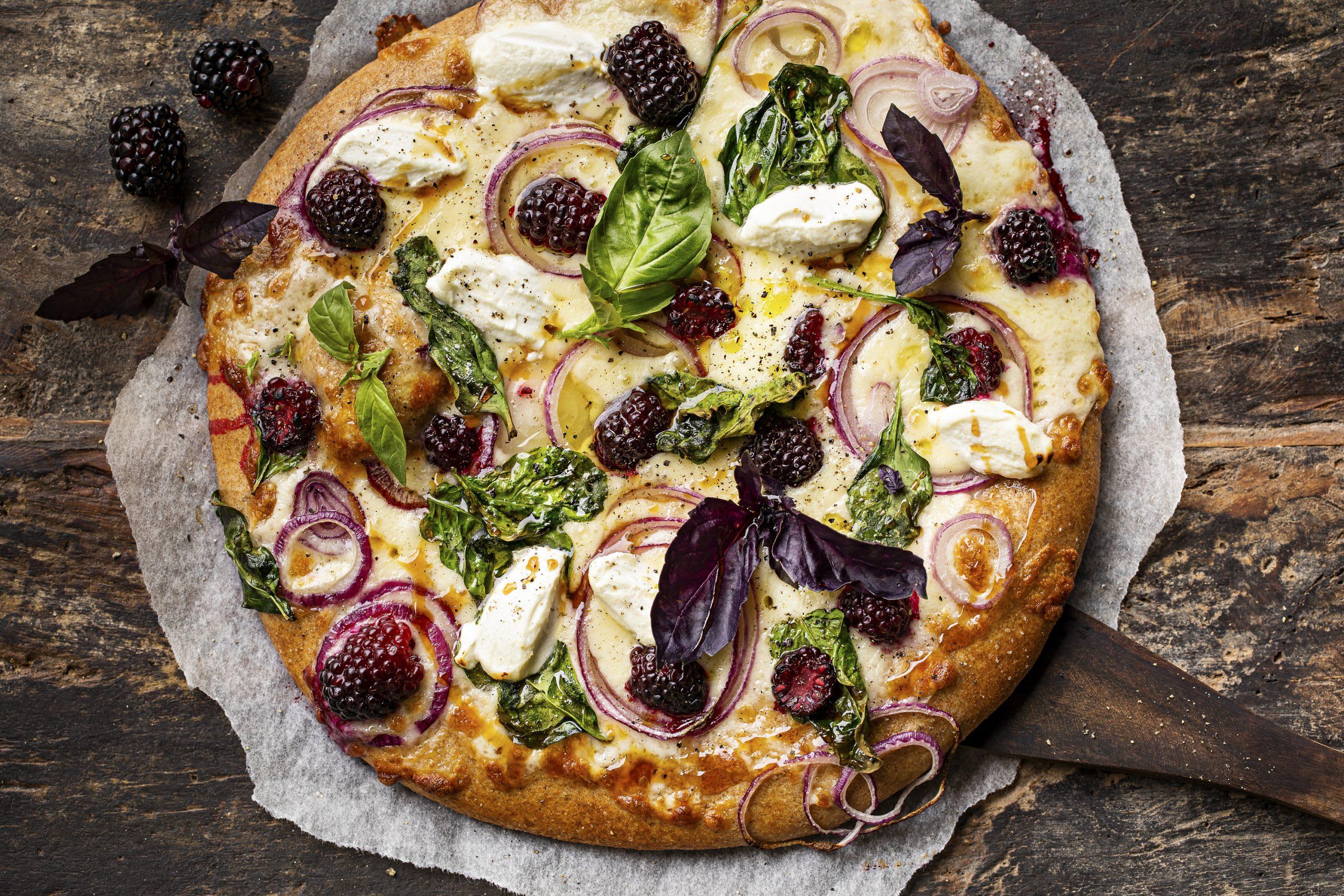 Pizza ricotta, épinards et mûres