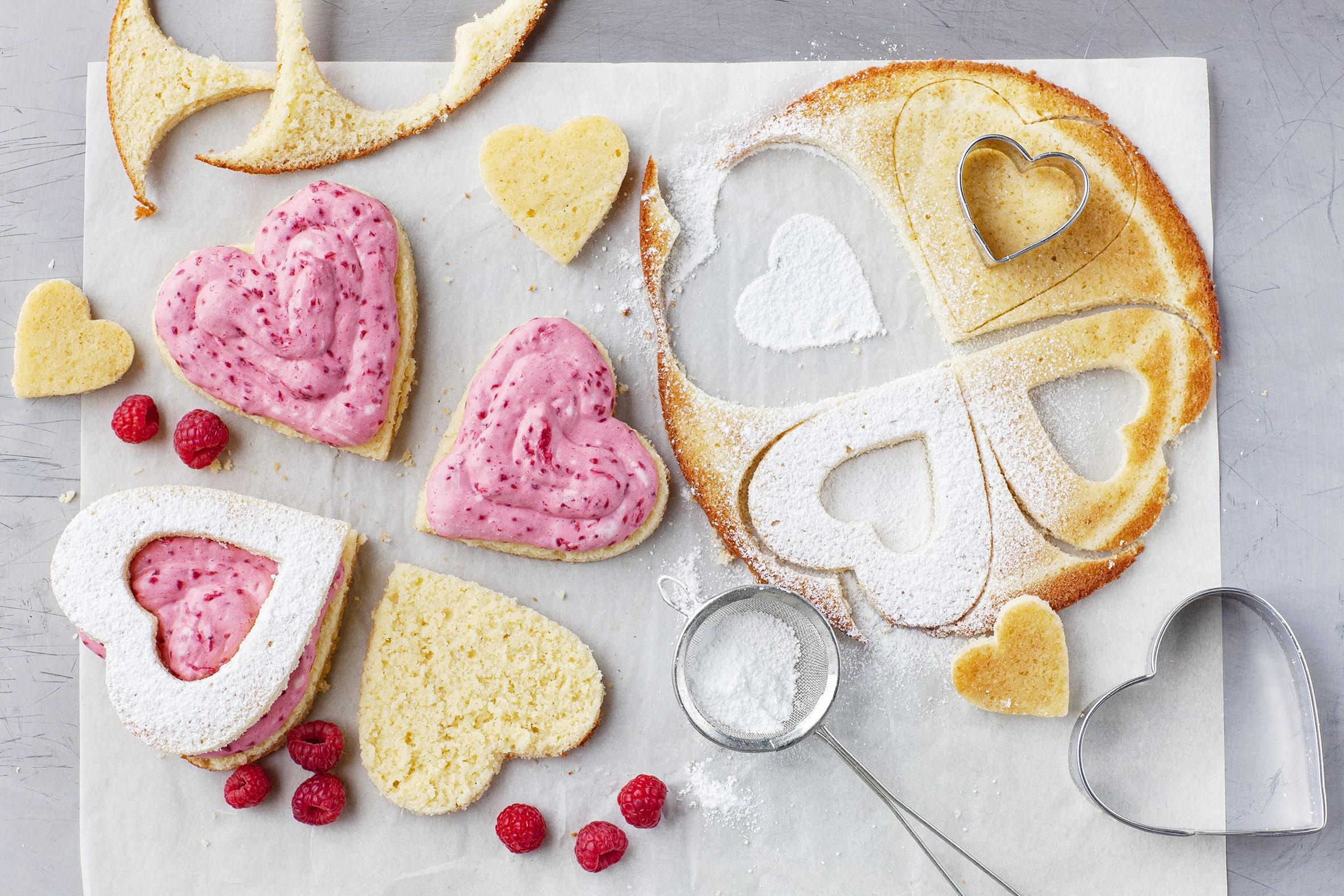 Biskuit-Herzen mit Himbeermousse