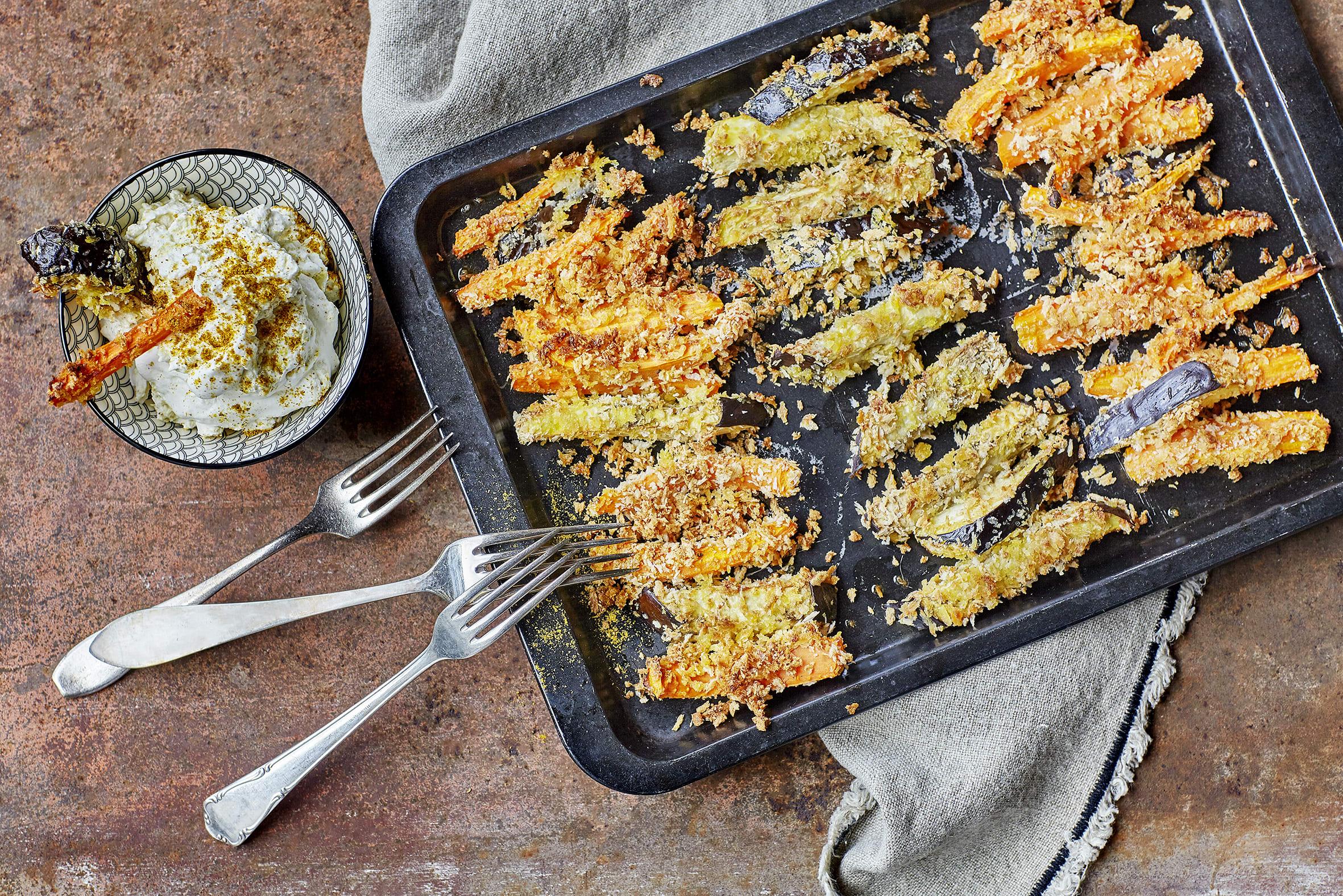 Panierte Auberginen- und Rüebli-Pommes-frites aus dem Ofen