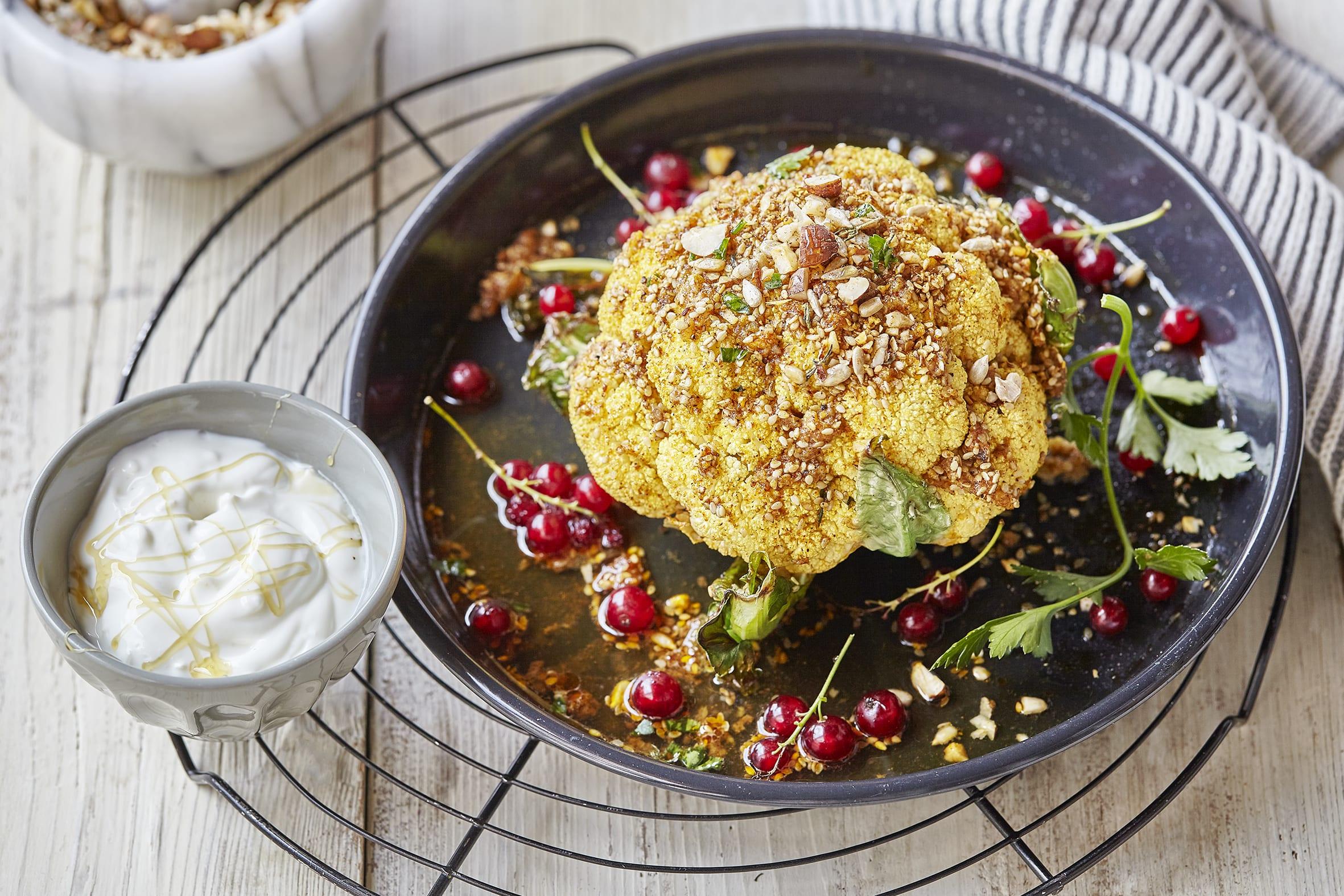 Ganzer Blumenkohl aus dem Ofen mit Haselnuss-Dukkah (Low Carb)