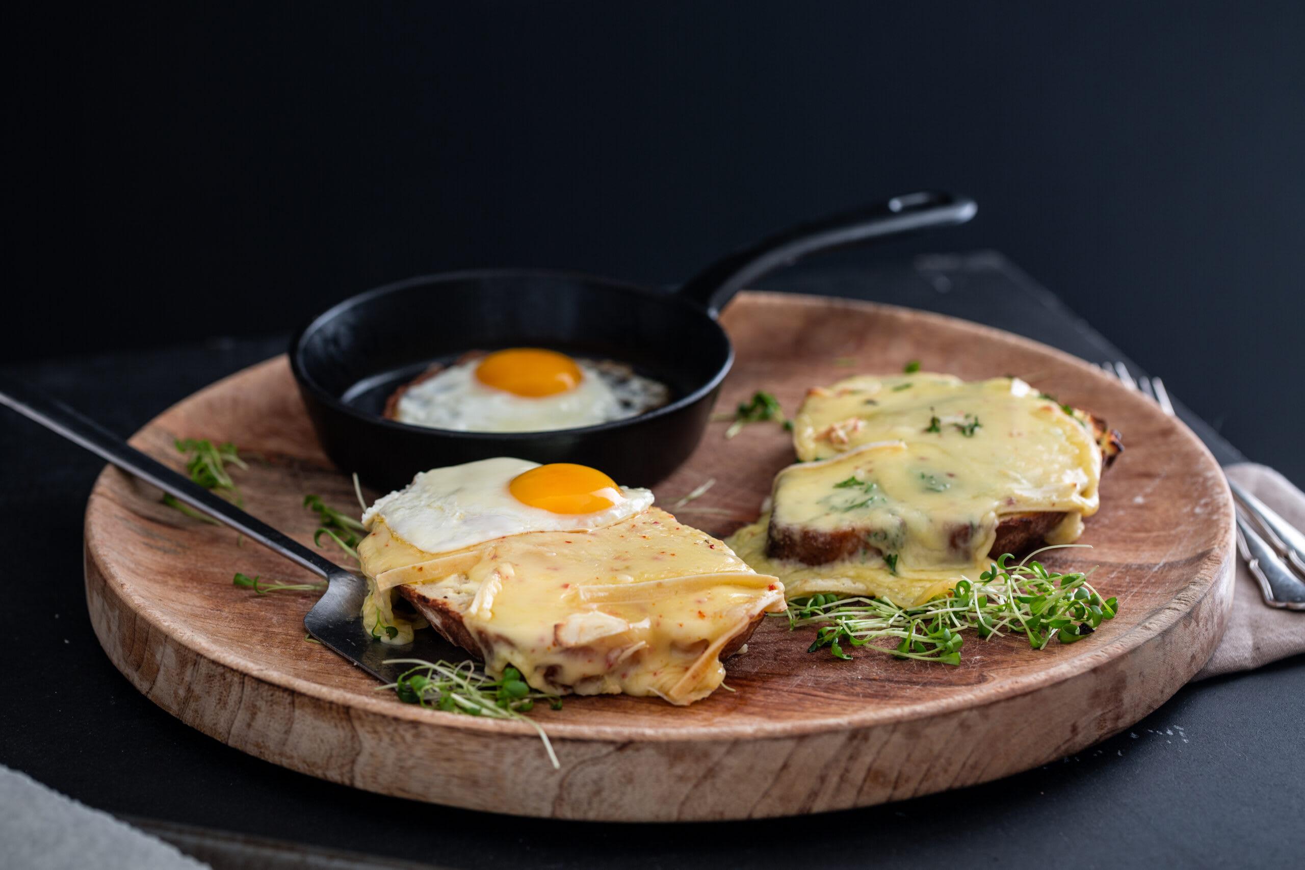 Croûte au fromage et oeuf au plat