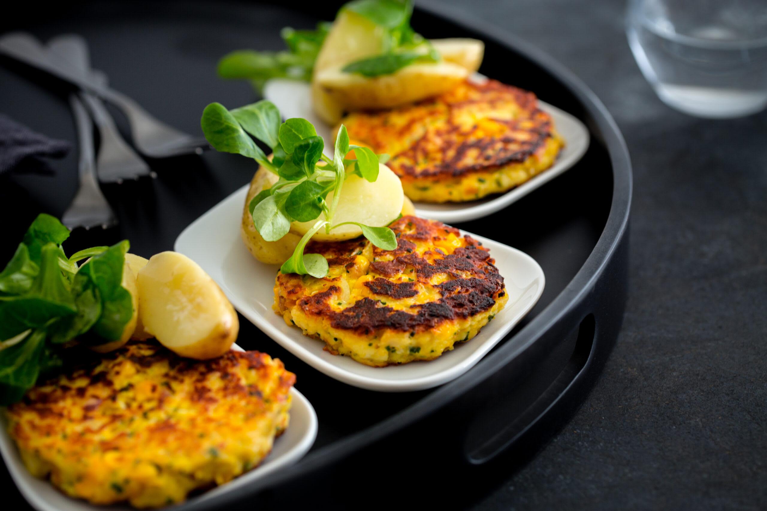 Vegi-Plätzli (Zopf-Maisplätzli) mit Nüssli-Kartoffelsalat