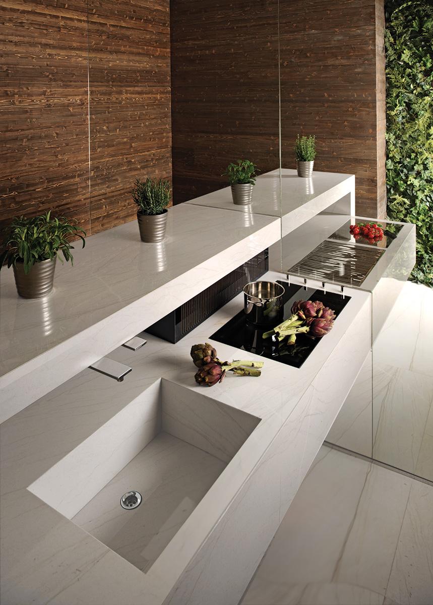 Kitchen clad in Calacatta Brasil quartzite by Antolini