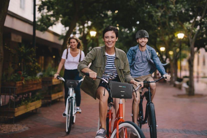 Personne tenant un vélo