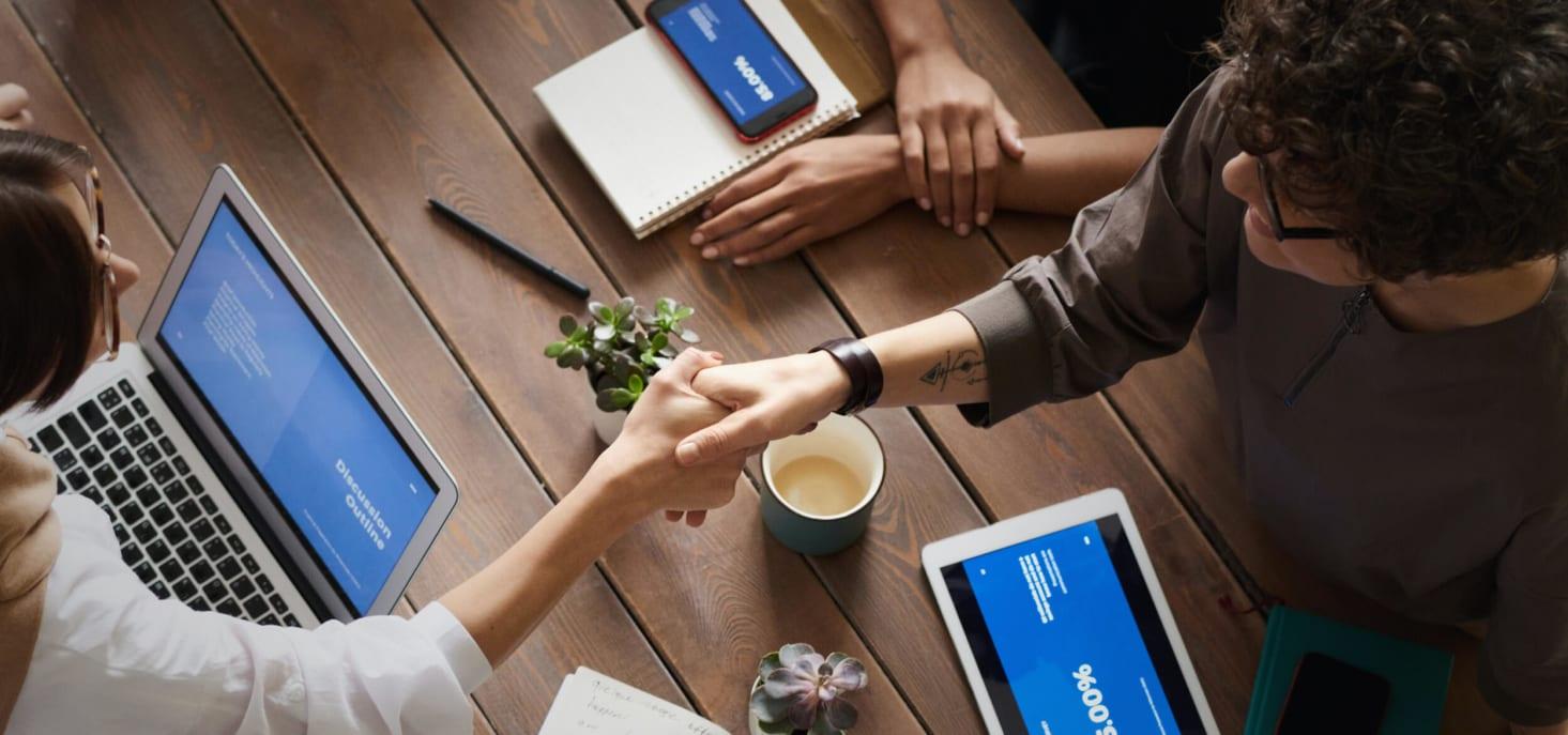 Personnes se serrant la main dans une réunion