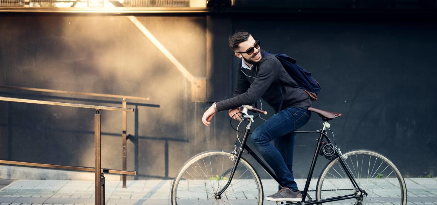 Personne souriant sur un vélo