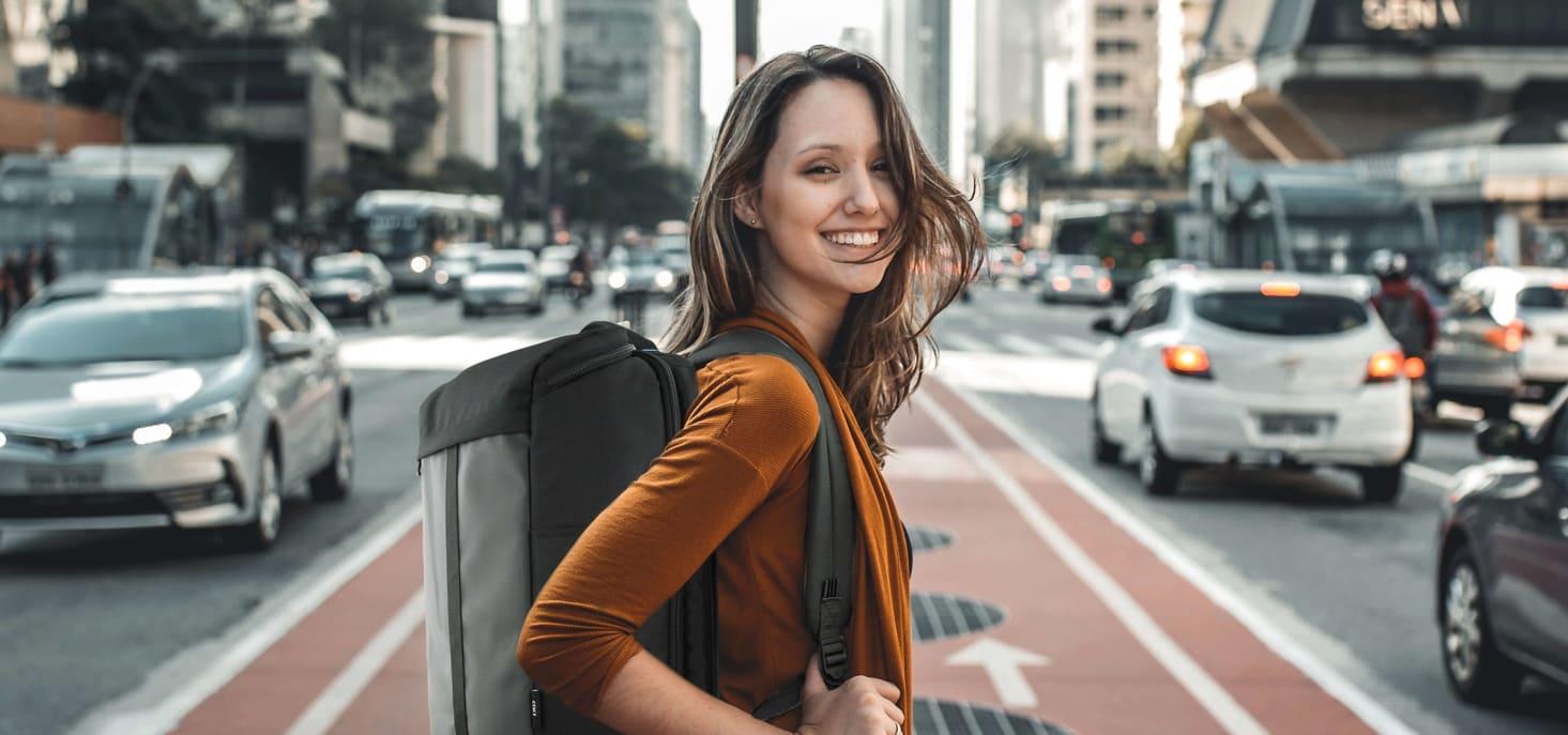 Personne avec un sac à dos traversant la rue