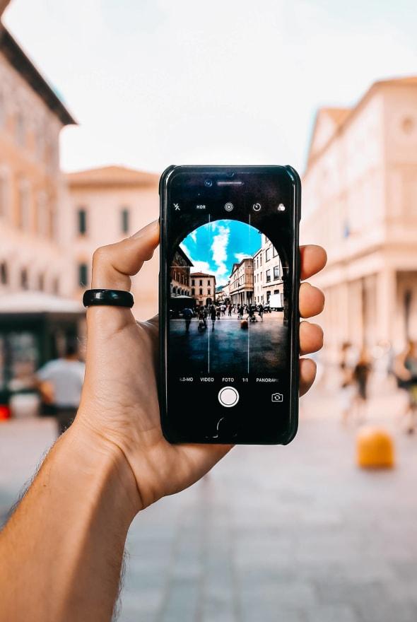 Main tenant un téléphone portable pour prendre une photo