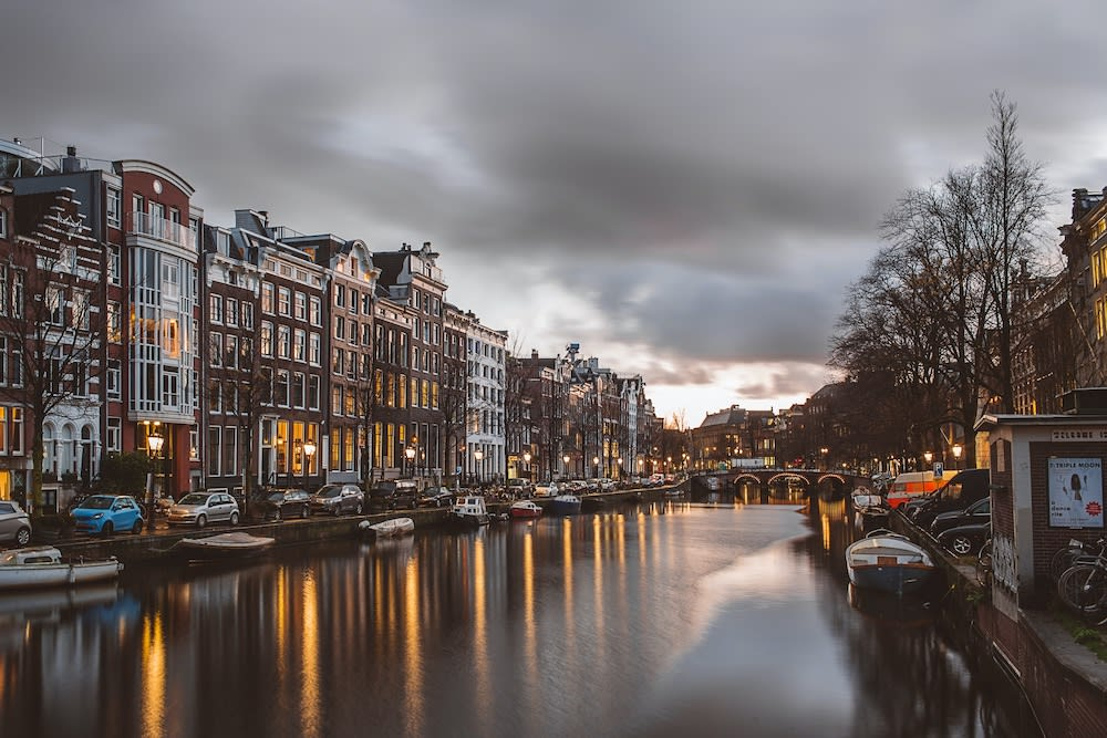 Amsterdam canal looks foreboding during coronavirus restaurant closures. Article by Table Sage