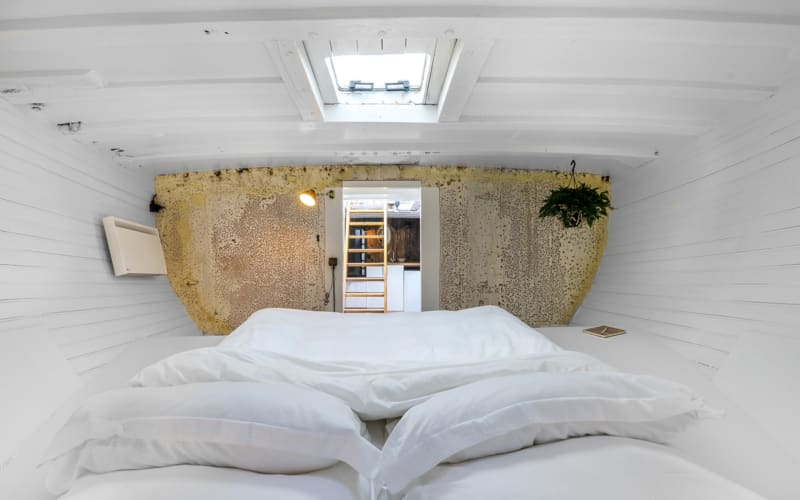 Amsterdam boat hotel Asile Flottant has unique rooms for visitors. Article by Table Sage