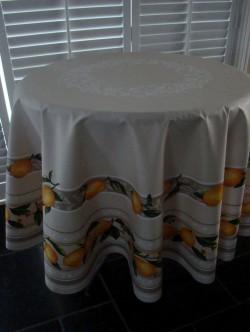 Provencaals gele vrucht rond afgewerkt tafelkleed