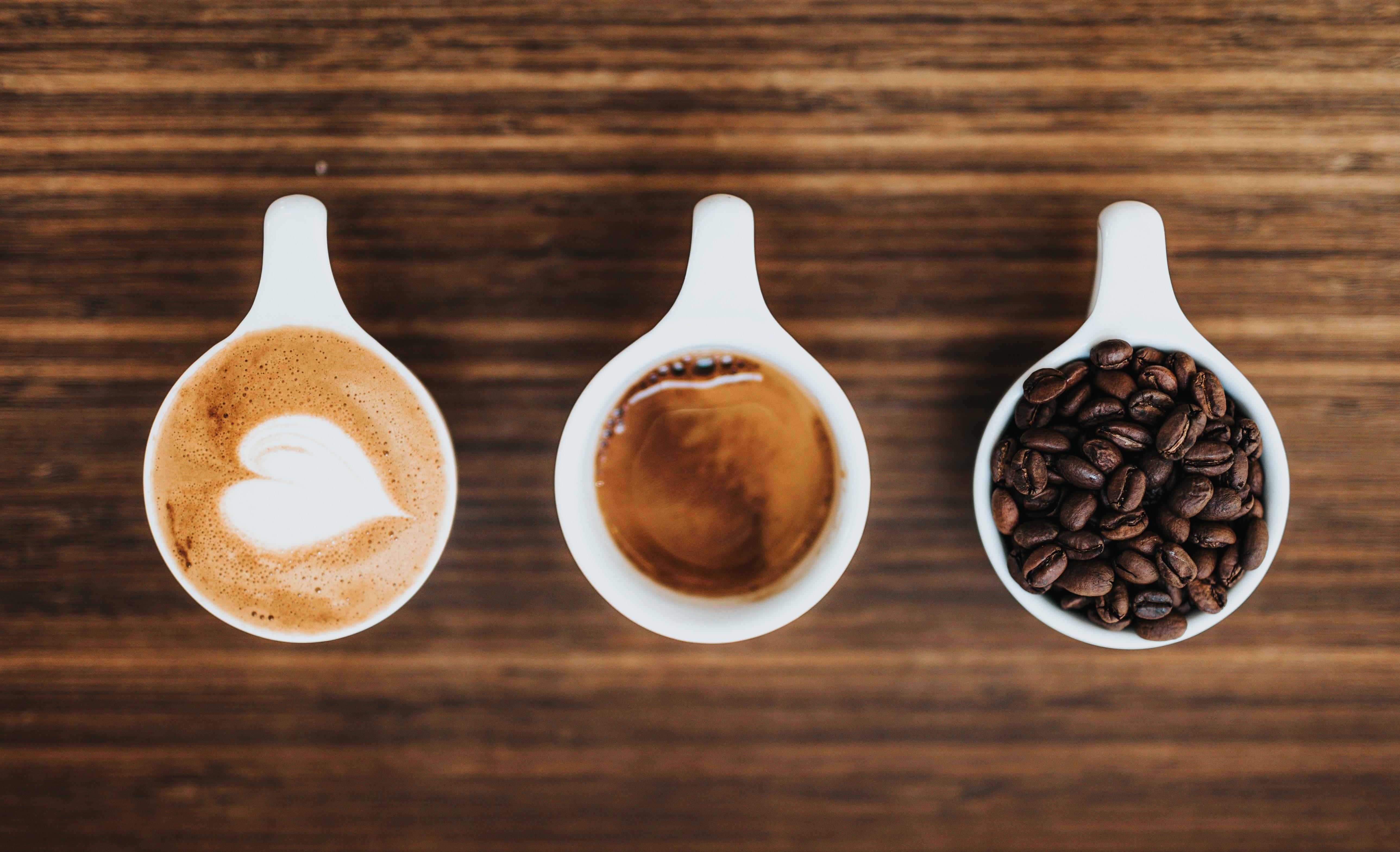 Drei Kaffeetassen auf einem Tisch