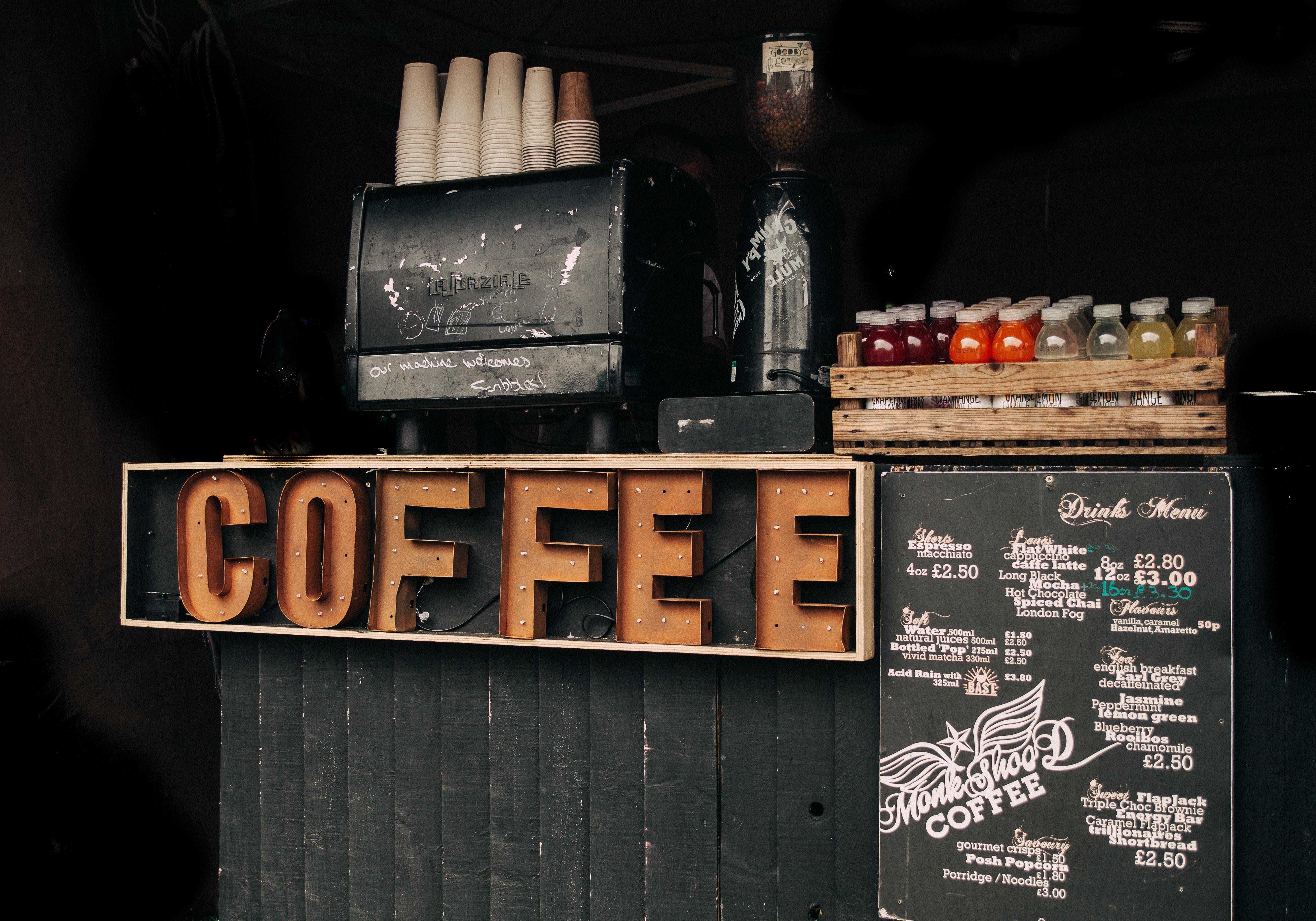 Kaffeeschild vor einem Kaffeeladen