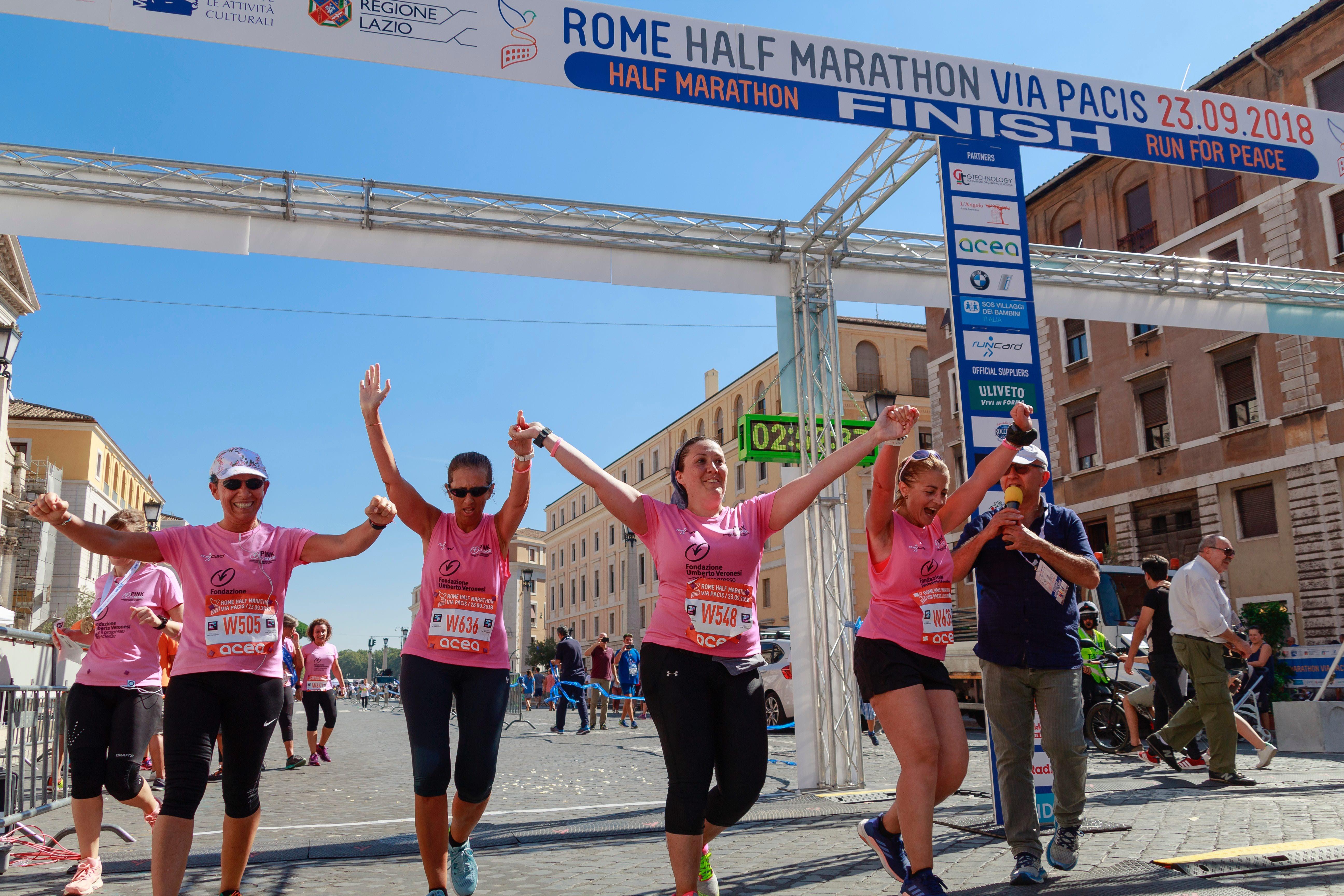 Frauen, die im Ziel eines Rennens, gemeinsam die Hände heben