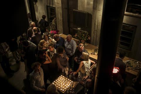 Buffet mit Kerzen & Raum für Gespräche unter Freunden: die KATHEDRALE