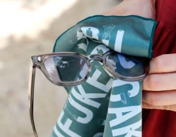 fukeru-眼鏡が拭けるハンカチ check (三角形)