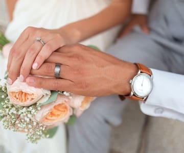 【結婚記念日プレゼント】夫婦の愛を深める♡喜ばれるギフトを贈るなら