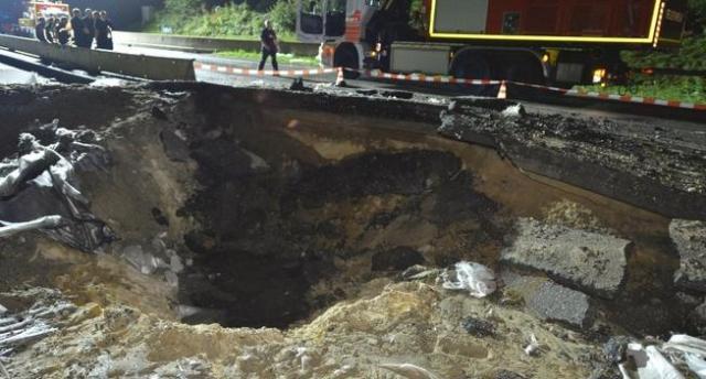 Patlatılan bomba 25 metrelik bir çöküntü oluşturdu.