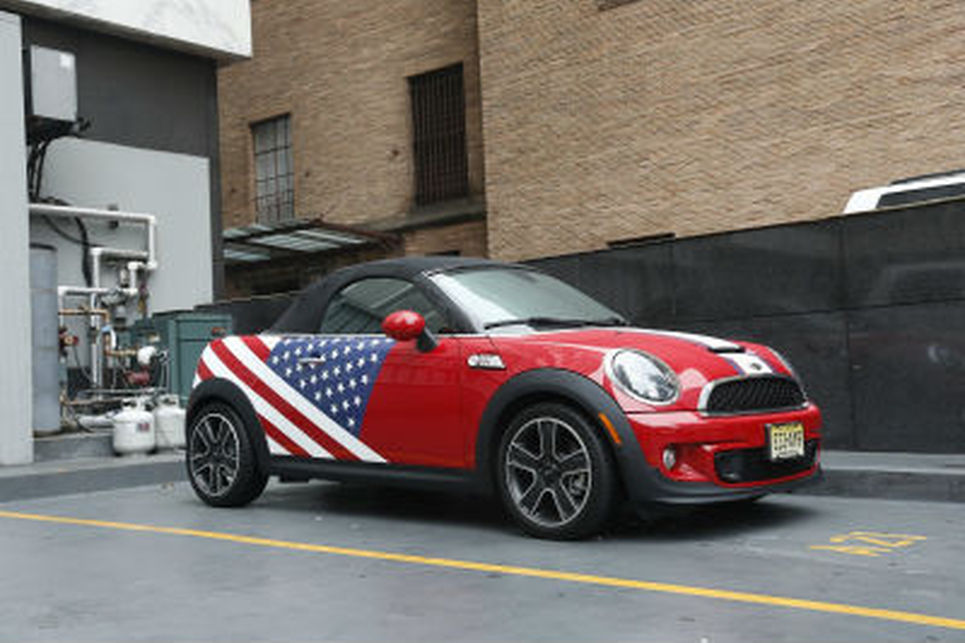 Kırmızı üzerine Amerikan bayrağı motifli Mini Cooper