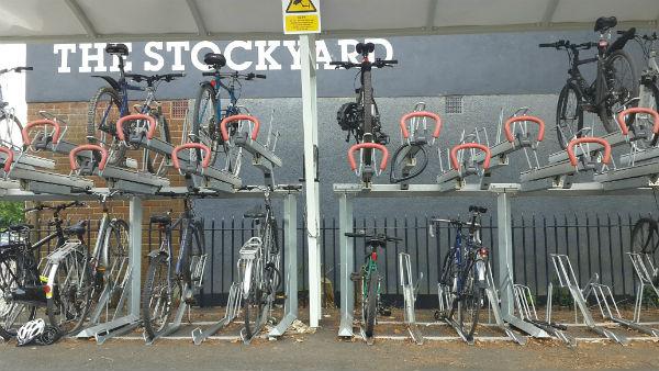İngiltere'de çift katlı bir bisiklet parkı