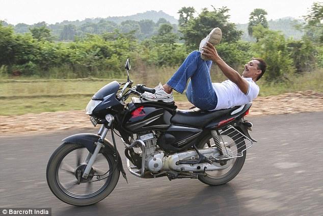 hintli-motosikletli-yogi3