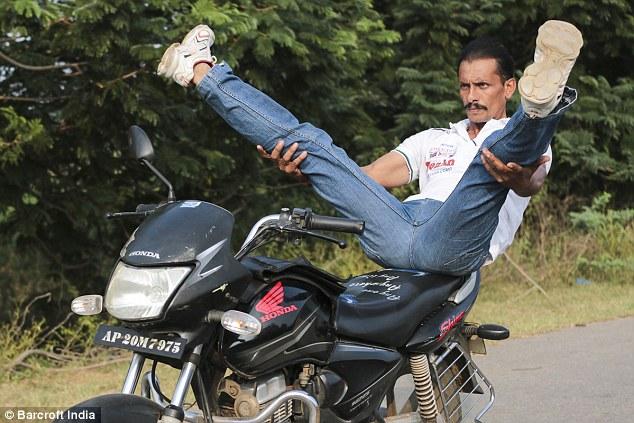hintli-motosikletli-yogi4