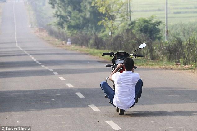 hintli-motosikletli-yogi2