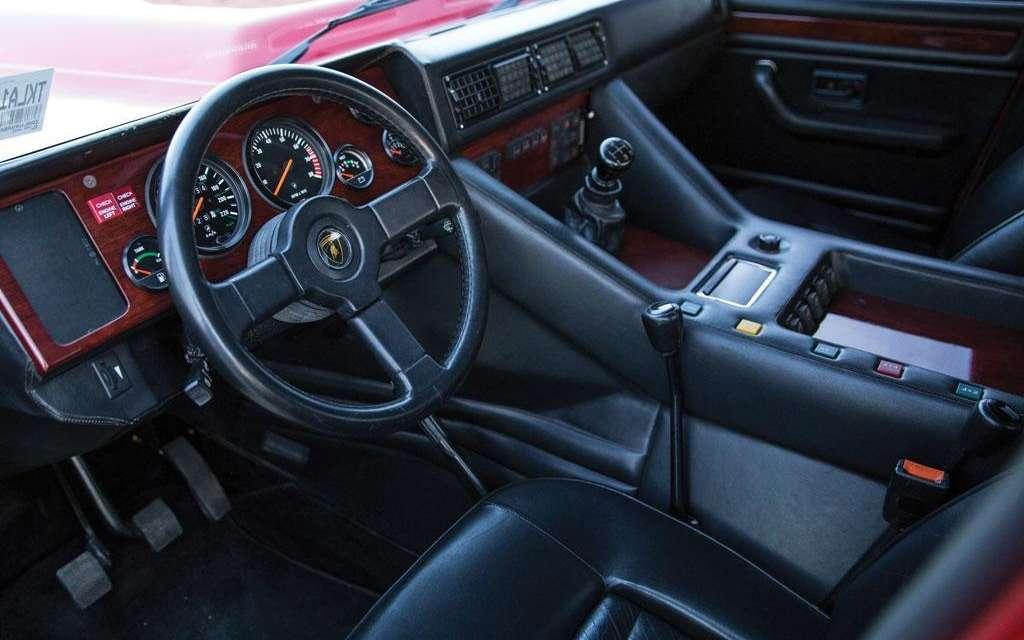 Lamborghini'nin ne kadar tutarlı bir tarz anlayışı olduğu 1989'daki iç alandan bile  görülebiliyor