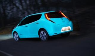 Gece parlayan boya, otomobillerin ekstra aydınlatma olmadan fark edilmesini sağlıyor
