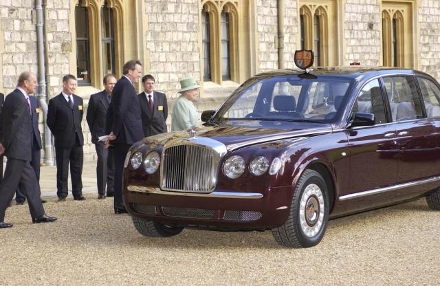 Kraliçe Elizabeth, makam otosu olan Bentley ile