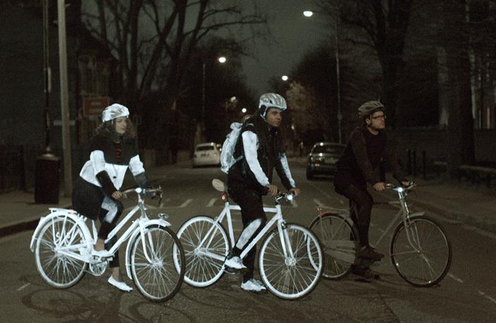 Karanlıkta Volvo Life Paint  sıkmış bisikletlilerin görünürlük farkı