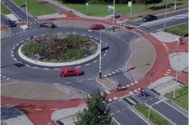 Dönel kavşak kavramı, ilk olarak 20.yüzyılın başlarında Amerika'da trafik ışıklarının veya yönlendirmelerin olmadığı kavşaklar için kullanılmış.
