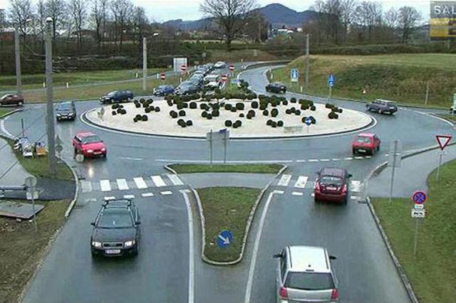 Bizdeki gibi trafiğin sağdan aktığı ülkelerde dönel kavşakta akış yönü saat yönünün tersinde ilerliyor.